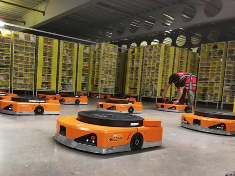 Robots en un centro logístico de Amazon en Reino Unido.