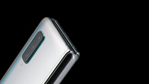 Samsung agregó cubiertas a los huecos donde se doblaban la articulación y la pantalla.