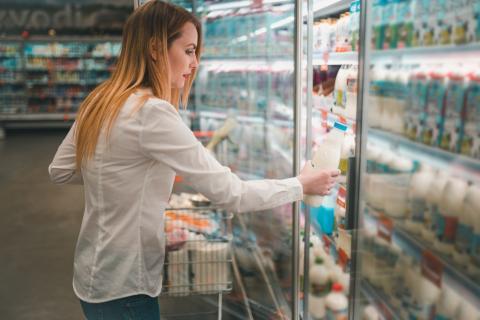 Señora compra leche supermercado