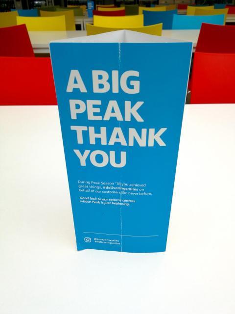 """Cartel con el letrero """"a big peak thank you"""" (similar a """"un enorme gracias""""), en los almacenes de Amazon en Reino Unido, fotografiados en la visita de este periodista de BI."""