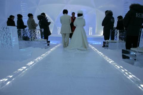 Some couples have intentionally braved freezing cold temperatures during their weddings.