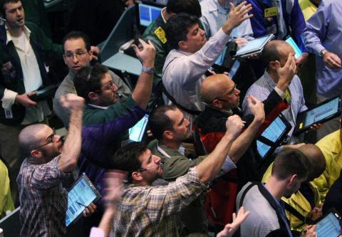 Traders work in the crude oil options pit of the New York Mercantile Exchange November 1, 2007 in New York City. Oil prices approached record highs again today after a surprise drop in stockpiles of U.S. crude ahead of winter demand.