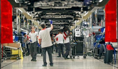 Trabajadores en una línea de montaje de coches Seat en Martorell (Barcelona)