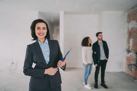 Una agente inmobiliaria enseña una casa