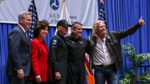 Branson con el equipo de Virgin Galactic.