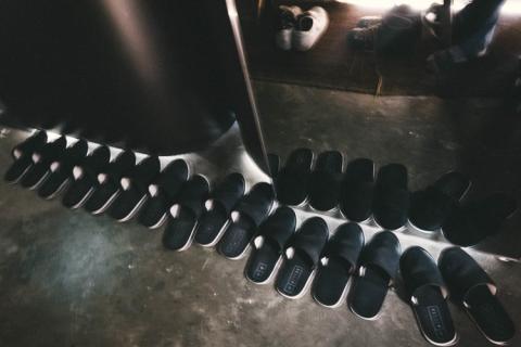 zapatillas de andar por casa en el hotel cápsula SLEEEP en Hong Kong