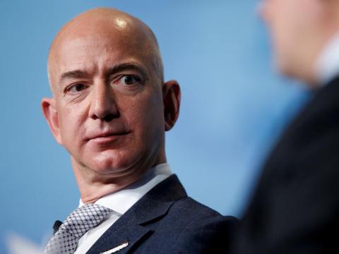 El CEO de Amazon, Jeff Bezos, habla durante un discurso a los asistentes a la conferencia SATELLITE 2017 de Access Intelligence en Washington, EE.UU.