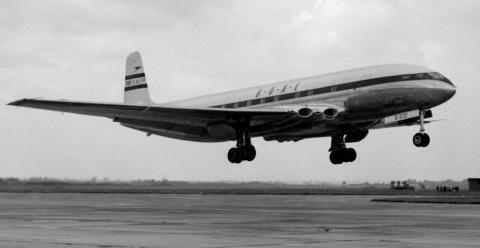 El primer servicio regular de aviones de línea del mundo se abrió cuando el  G-ALYP Comet de Havilland de 36 pasajeros de British Overseas Airways despegó del Aeropuerto de Londres en el vuelo inaugural de pasajeros con destino a Johannesburgo, Sudáfrica.