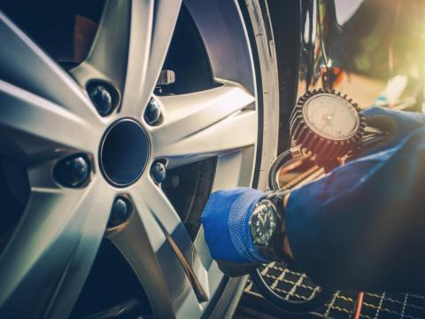 2. Comprobar la presión de las ruedas