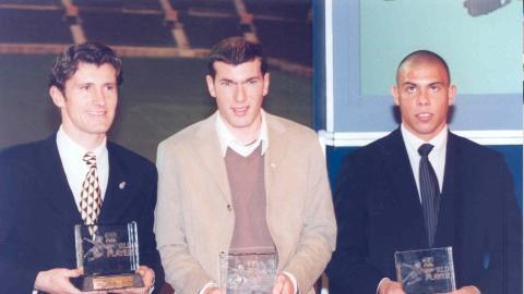 Davor Suker, Zinedine Zidane y Ronaldo Nazario, en la gala de entrega del premio al Mejor jugador del Mundo de la FIFA de 1998.