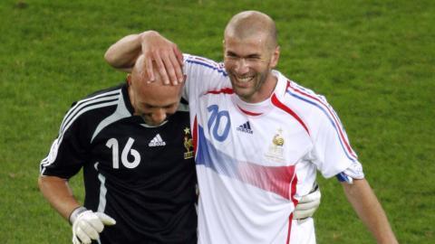 Fabien Barthez y Zinedine Zidane, en un partido con Francia.