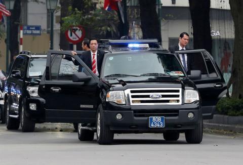 Guardaespaldas de Kim Jong-Un salen del coche oficial.