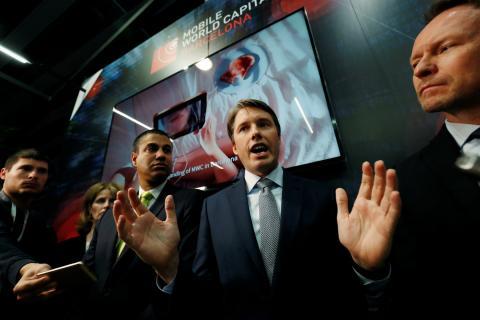 Robert Strayer, representante del departamento de ciber seguridad de Estados Unidos, ofrece un briefing en el MWC.