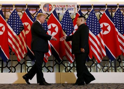 Kim Jong-Un saluda a Donald Trump en su última reunión bilateral