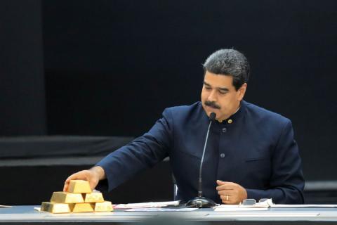 Nicolás Maduro toca varios lingotes de oro.