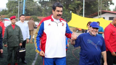 Nicolás Maduro, junto a Diego Armando Maradona.