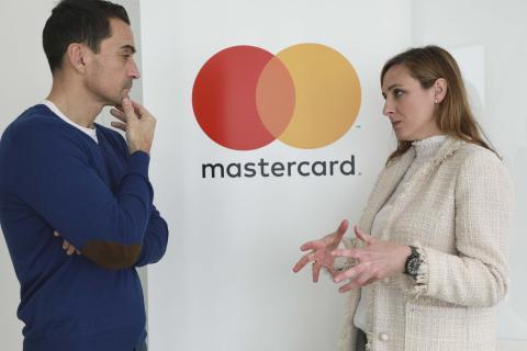 Manuel del Campo, CEO de Axel Springer España (izq) junto a Paloma Real, directora general de Mastercard España (dcha)