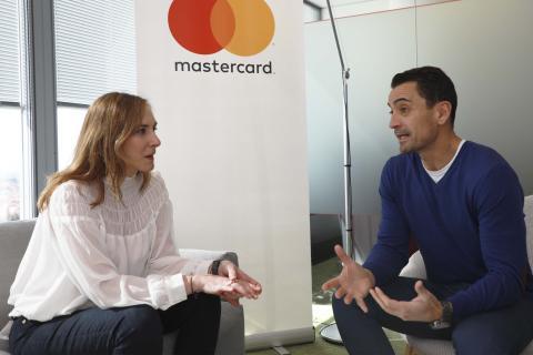 Paloma Real, directora general de Mastercard España (izq) junto a Manuel del Campo, CEO de Axel Springer España (dcha)