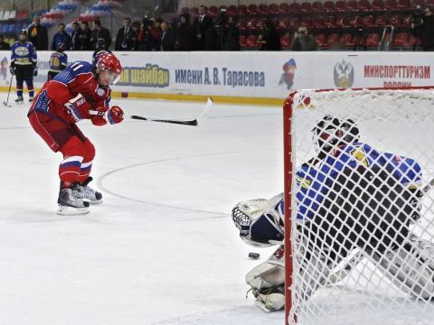 Putin (izquierda), jugando al hockey sobre hielo.