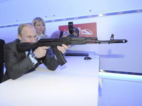Putin probando un rifle de asalto.