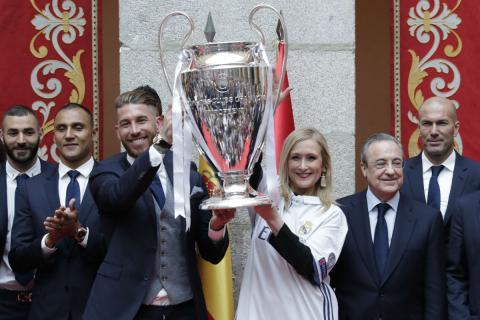 Sergio Ramos y la expresidenta de la Comunidad de Madrid, Cristina Cifuentes, levantan la Champions League de 2017, con Zidane junto a Florentino Pérez.
