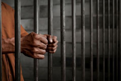 Un convicto en una prisión.