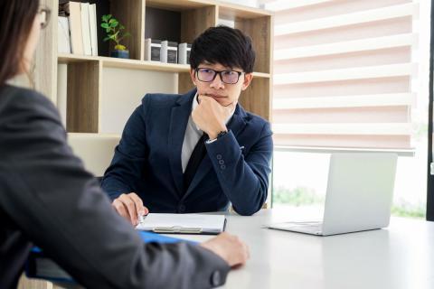 Un entrevistador habla con una candidata en una entrevista de trabajo.