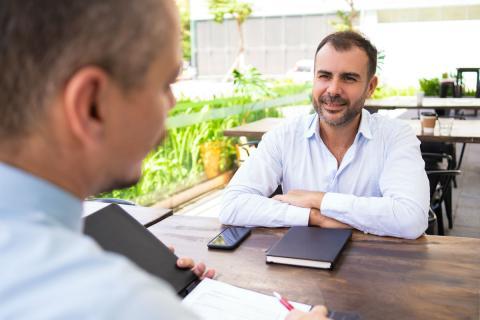 Un hombre en una entrevista de trabajo.