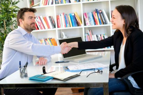 Un hombre entrevista a una mujer.