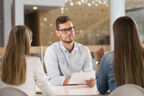 Un hombre, en una entrevista de trabajo