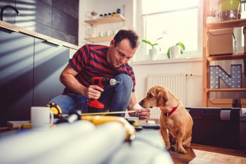 Un trabajador junto a su perro.