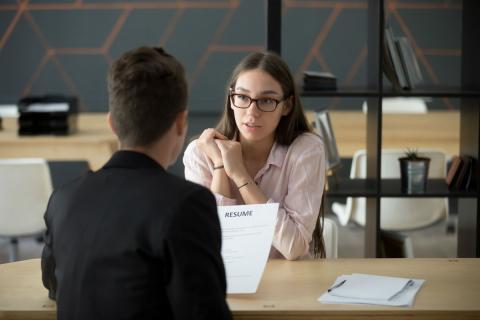 Una mujer en una entrevista de trabajo.