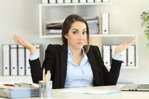Una mujer que no sabe lo que pasa, en el trabajo.