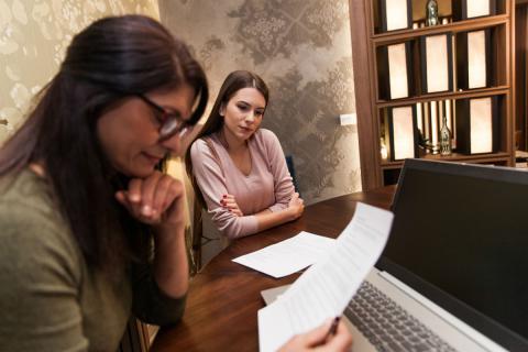 Una mujer revisa el CV de una candidata.