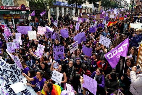 Una multitud marcha por las calles de Madrid durante la huelga feminista del 8M.