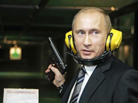Vladimir Putin practica en una galería de tiro.