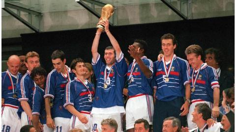 Zidane levanta la Copa del Mundo de 1998.