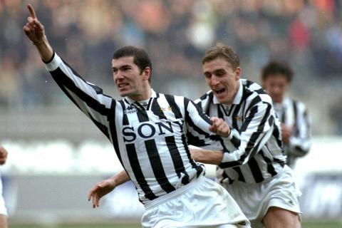 Zinedine Zidane celebra un gol con la Juventus junto a Alen Boksic.