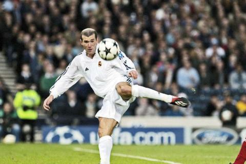 Zinedine Zidane volea en la final de la Champions de 2002.