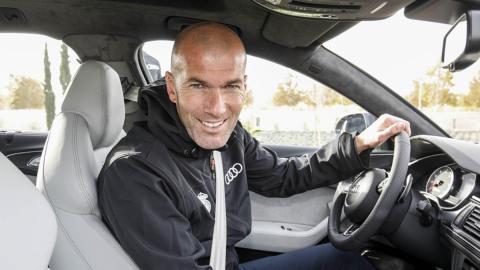 Zinedine Zidane, con el Audi RS 6 que le dio la marca en 2017