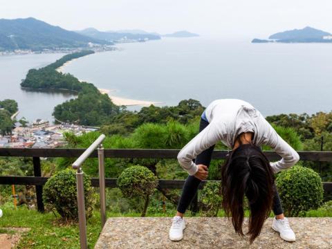 Una mujer echa un vistazo al Amanohashidate de la manera correcta