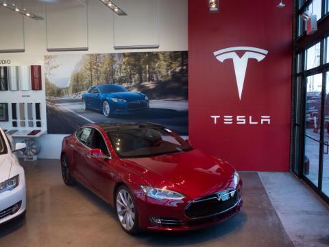 Otra de las mayores revelaciones es la de que Jobs predijo Tesla — o, al menos, el modelo de negocio del fabricante de coches