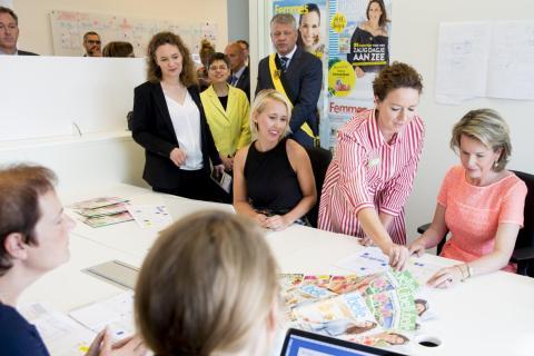 La reina Mathilde de Bélgica visita las redacciones de las revistas de mujeres más antiguas de Bélgica, 'Libelle' y 'Femme d'Aujourd'hui'.