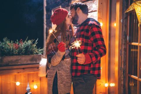 Una pareja se besa en Nochevieja