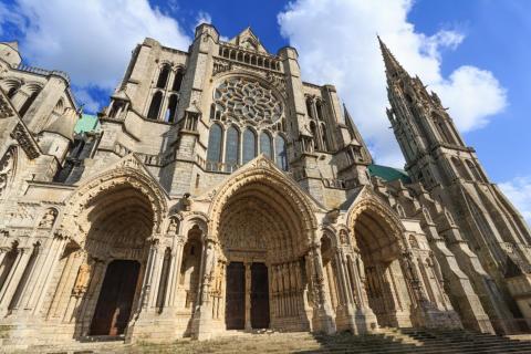 Construida alrededor del año 1200, la Catedral de Chartres, en el norte de Francia, es un ejemplo de arquitectura gótica. Solo hay que mirar los pórticos