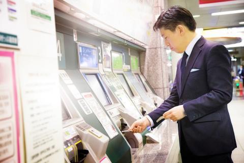 Cajeros en el metro de Tokio