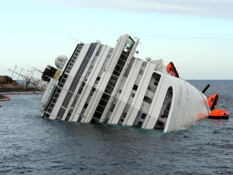 El Costa Concordia se hundió parcialmente en la costa occidental de Italia en 2012.