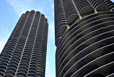 Los apartamentos de Chicago en Marina City tienen, como mínimo, un diseño único. Construido en 1964, fue uno de los primeros edificios de uso mixto y el primero en ser construido con una grúa en los Estados Unidos.