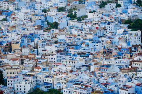 La mayor parte de la ciudad está pintada en diferentes tonos de azul.