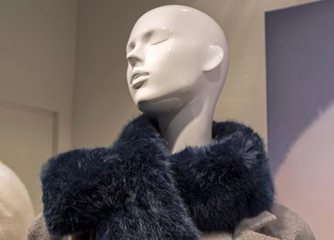 Un maniquí con un cuello de piel de imitación